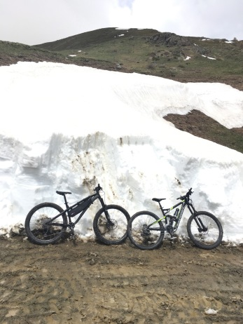bici vicino ai muri di neve