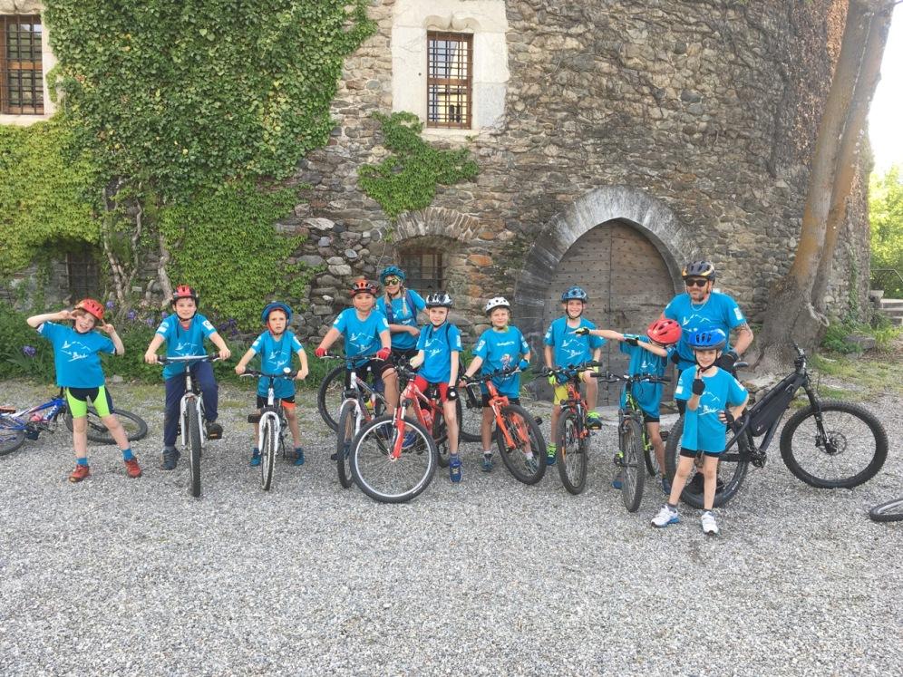 gruppo di bambini in bici in Valle d'Aosta