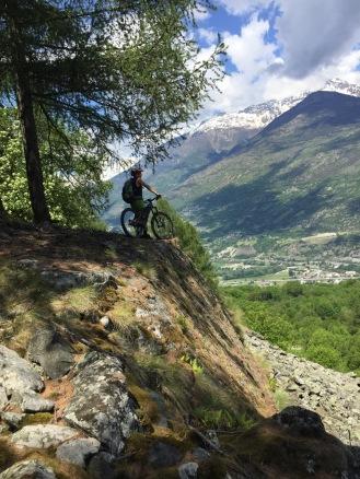 guarda il panorama in mountain bike