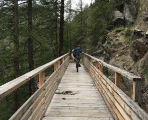 Sul ponte di legno in bici in Valle d'Aosta